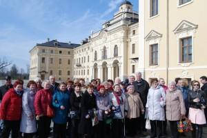 На площади у Константиновского дворца