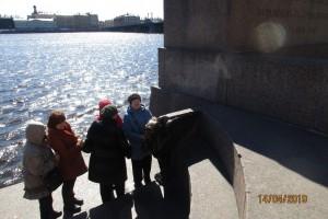 На берегу Невы рядом со сфинксами у грифонов