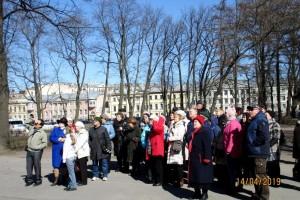 Участники экскурсии у памятника Петру-1