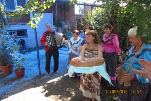 Ткачева Людмила встречает участников Семинара с хлебом-солью и