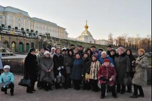 Участники экскурсии на фоне Большого Петергофского дворца