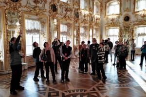 В большом танцевальном зале