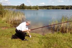 Основной рыбак насаживает первого червяка
