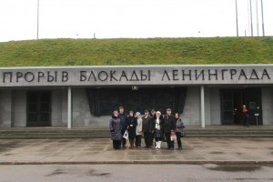 У музея, посвященного прорыву блокады Ленинграда в 1943 г.